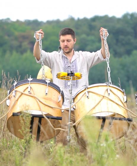 Шоу барабанщиков от drum division в поле