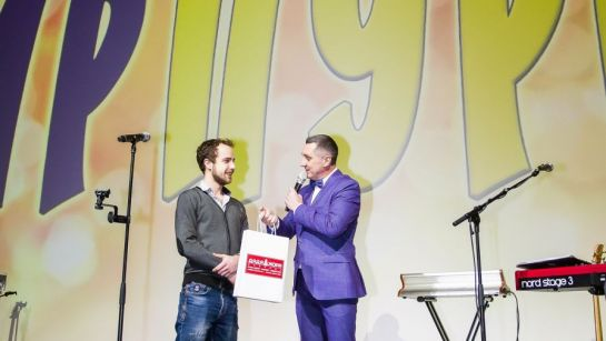 Дядя Жора оглашает победителя конкурса на празднике Пурим 2020