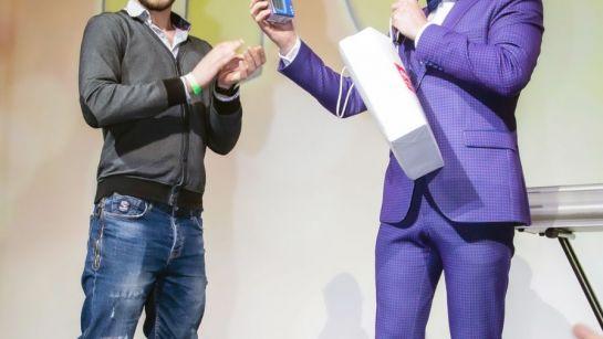 Дядя Жора вручает приз на празднике Пурим 2020