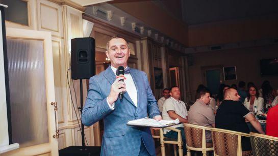 Дядя Жора объявляет победителя на корпоративе ВАЮР 20 лет Влюбленные в мороженое