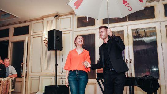 Фокус с зонтом руки на корпоративе ВАЮР 20 лет Влюбленные в мороженое с ведущим Дядей Жорой