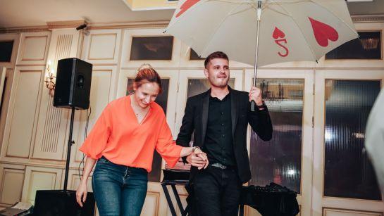 Фокус с зонтиком руки на корпоративе ВАЮР 20 лет Влюбленные в мороженое с ведущим Дядей Жорой