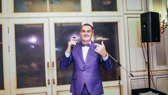 Дядя Жора ведущий с микрофоном на корпоративе ВАЮР 20 лет Влюбленные в мороженое