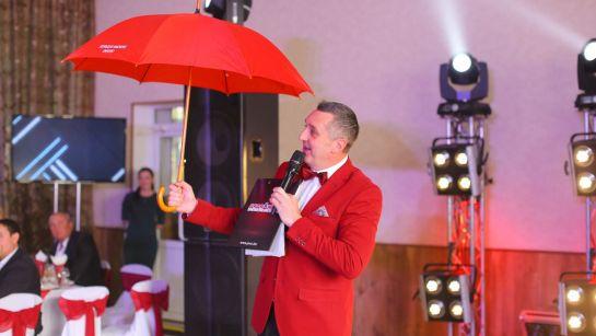 Дядя Жора с красным зонтом на свадьбе в Магдалиновке с Дядя Жора Company