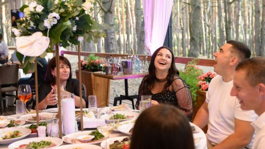 Именинник веселится вместе с женой на вечеринке-сюрприз ко Дню рождения от Дядя Жора Company