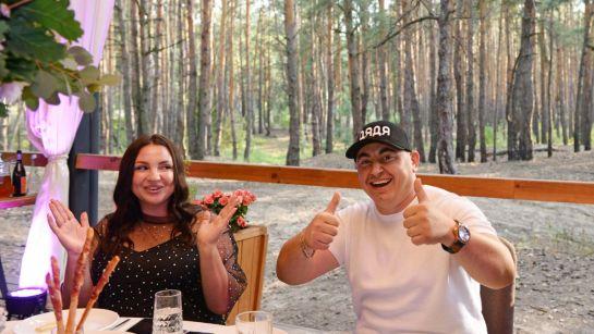 Довольный именинник с женой на вечеринке-сюрприз ко Дню рождения с Дядя Жора Company