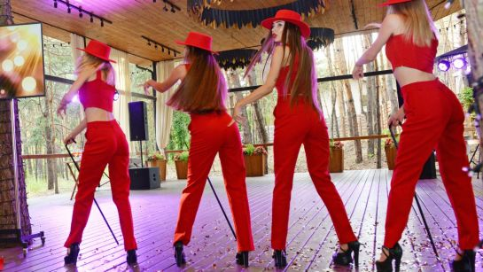 Танцевальный номер девушки в красном на вечеринке-сюрприз ко Дню рождения Анатолия от Дядя Жора Company