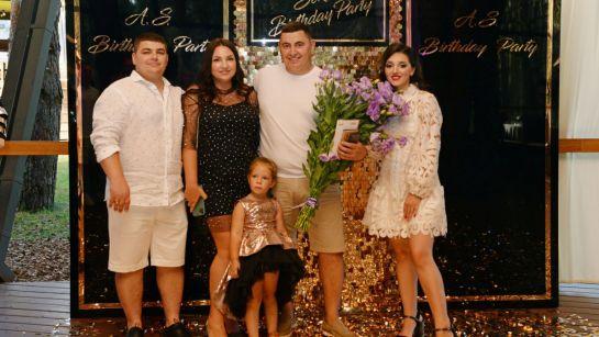 Фото с семьей на вечеринке-сюрприз ко Дню рождения Анатолия от Дядя Жора Company