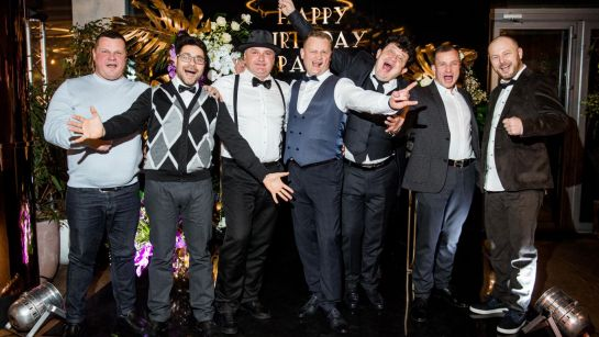 Мужчины на Gatsby birthday party с Дядя Жора Company