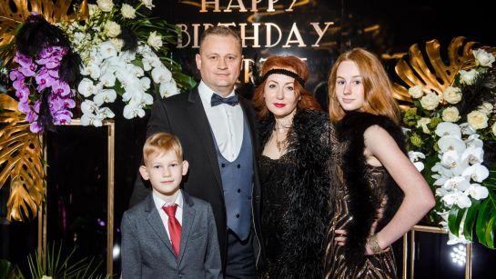 Семейное фото на вечеринке Gatsby birthday party с Дядя Жора Company
