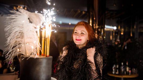 Именинница с праздничным тортом на вечеринке Gatsby birthday party с Дядя Жора Company
