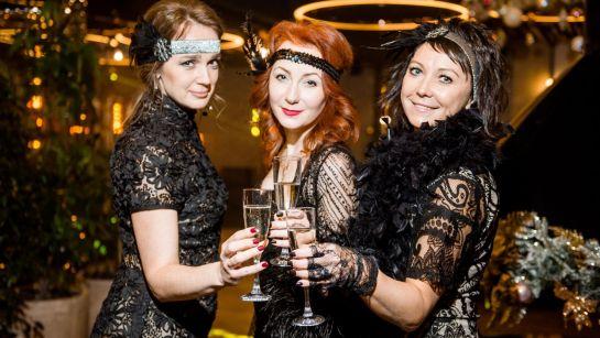 Очаровательные девушки на Gatsby birthday party с Дядя Жора Company