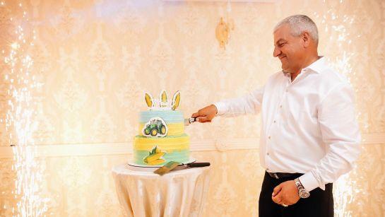 Юбиляр с тортом на Юбилее 50 лет в г.Гайворон с Дядя Жора Company